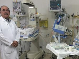 Cirurgião pediatra Zacharias Calil acompanha o 27º caso de gêmeos siameses em Goiás (Foto: Paula Resende/ G1)