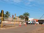 Trecho de rua fica sem energia após carro colidir contra poste no Acre