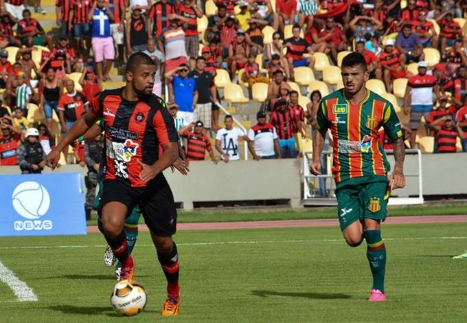 Jefferson (Moto Club) e Léo Rodrigues (Sampaio) jogam no Castelão (Foto: Weliandrei Campelo / Moto Club)