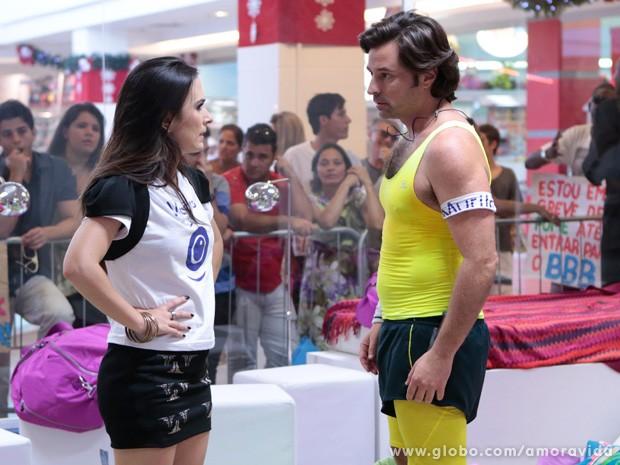 Valdirene fica possessa com Murilo... (Foto: Felipe Monteiro / TV Globo)