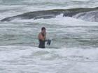 Cauã Reymond usa pés de pato e roupa de neoprene em praia no Rio