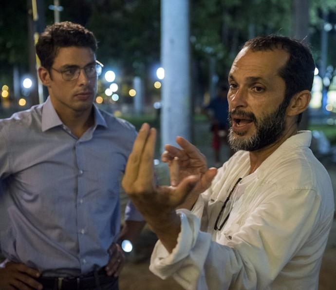 Cauã Reymond grava cenas ao lado do diretor José Luiz Villamarim (Foto: Globo/Estevam Avellar)