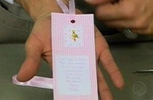 Veja como fazer em casa um marcado de livro para lembrancinha de maternidade (Foto: Mais Você / TV Globo)