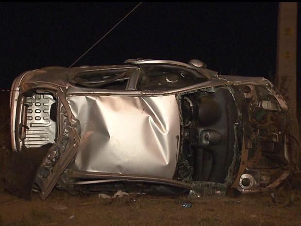 Carro capotado após acidente que deixou uma pessoa morta na DF-001, no Distrito Federal, na noite deste domingo (21) (Foto: TV Globo/ Reprodução)