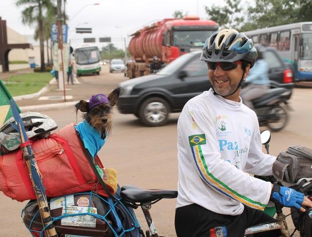 De passagem por Porto Velho/RO, ciclista já percorreu mais de 35 mil km, 25 estados e 900 cidades (Foto: Jenifer Zambiazzi/G1)