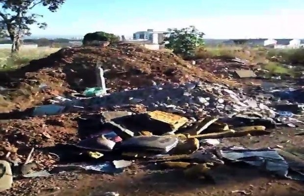 Lixo residencial e resto de entulhos se acumulam em bairro de Goiânia, Goiás (Foto: Bruno Cardoso Teixeira/VC no G1)
