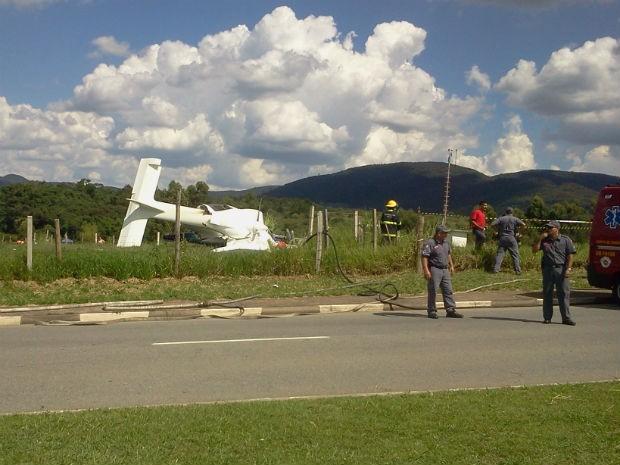 Avião de pequeno porte caiu em Jundiaí (Foto: Sandro Zeppi/TV TEM)