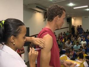 Vacinação contra a febre amarela aconteceu durante a noite em Vila Velha, no Espírito Santo (Foto: Reprodução/ TV Gazeta)
