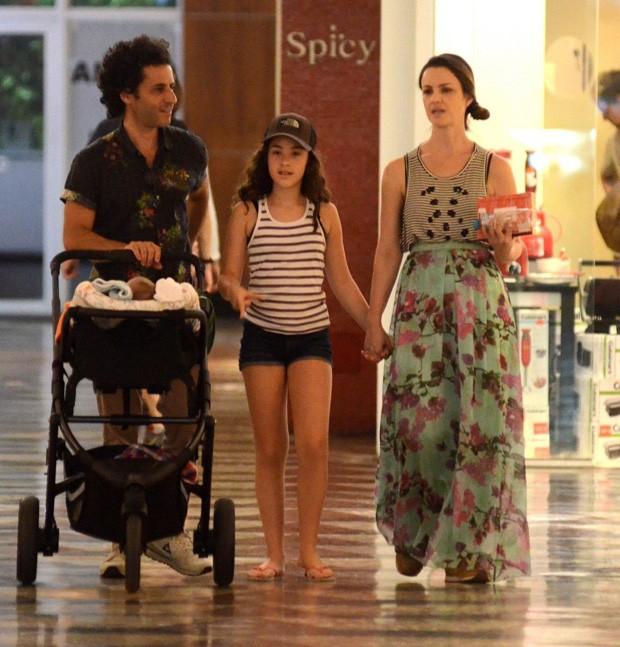 Carolina Kasting com marido e filhos (Foto: Agnews)