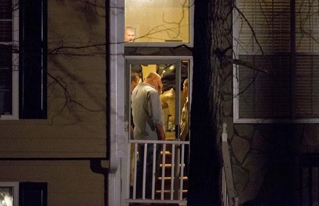 Policiais são vistos em casa onde homem matou quarto pessoas e se suicidou em seguida em Atlanta, nos EUA, neste sábado (7) (Foto: David Goldman/AP)
