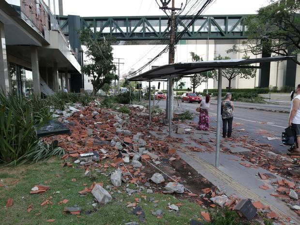 Telhado de shopping caiu e parte da estrutura interditou Avenida Praia de Belas em Porto Alegre (Foto: Jefferson Botega / Agência RBS)