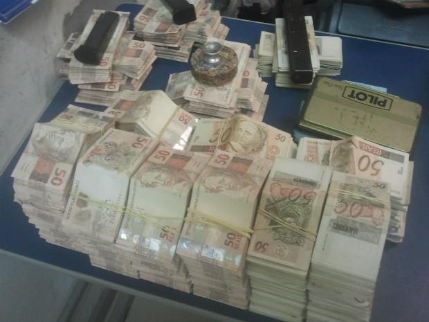 Polícia encontrou quase R$ 3 milhões na bagagem de passageira de ônibus (Foto: Adolfo Lima/ TV TEM)