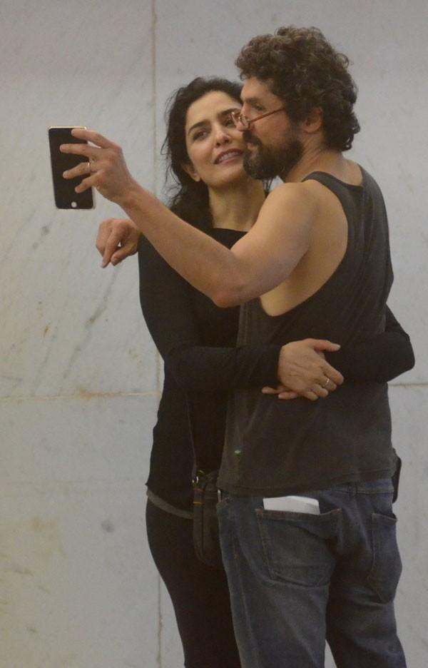 Letícia Sabatella e marido (Foto: Agnews)