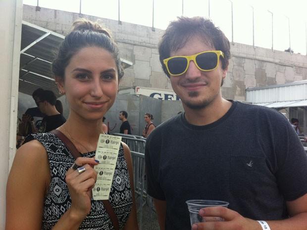 Julia e Guilherme na fila para comprar o Lolla Mango (Foto: G1)