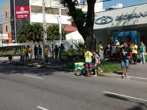 Em João Pessoa, na Paraíba, às 13h40 os primeiros manifestantes começavam a se concentrar em frente ao Grupamento de Engenharia, na avenida Epitácio Pessoa (Foto: Diogo Almeida/G1)