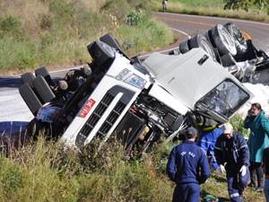 Caminhão tombou neste domingo na RSC-472 (Foto: Portela Online / Divulgação)