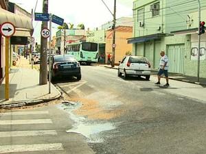 Acidente aconteceu na Rua 9 de Julho em Araraquara (Foto: Marlon Tavoni/EPTV)