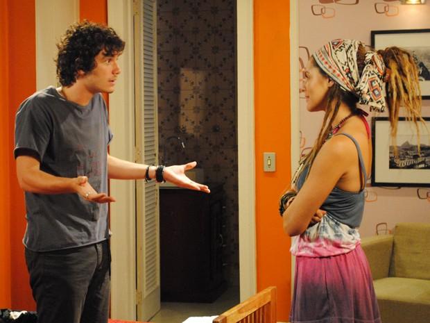 Dinho vai atrás de Valentina e dá uma dura na argentina, que se faz de sonsa (Foto: Malhação/TV Globo)