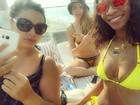 Cara Delevingne curte piscina com amigas de Rihanna após noitada