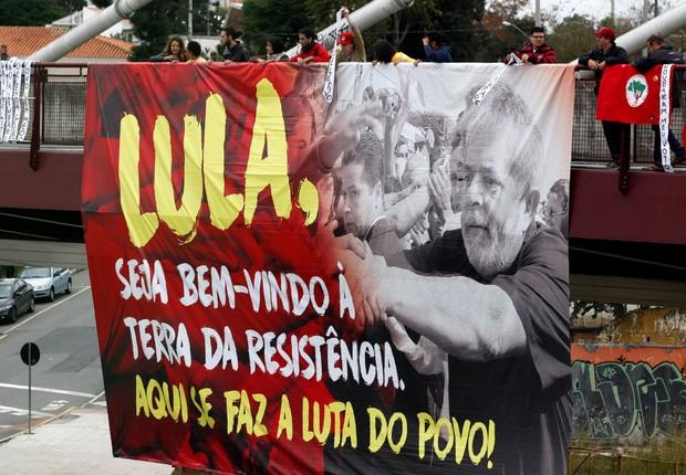 Cartaz de apoio ao ex-presidente Luiz Inácio Lula da Silva que presta depoimento ao juiz Moro em Curitiba (Foto: Paulo Whitaker/Reuters)