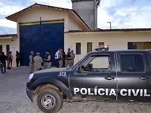 Polícia monta operação de segurança para receber suspeitos no Presídio PB1 (Foto: Walter Paparazzo/G1)