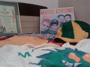 Figurinos espalhados na cama (Foto: Douglas Pires / G1)