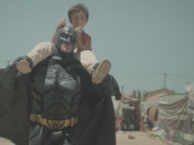 Nova campanha da ONG War Child mostra como os super-heróis podem ajudar a realidade um garoto refugiado (Foto: War Child )