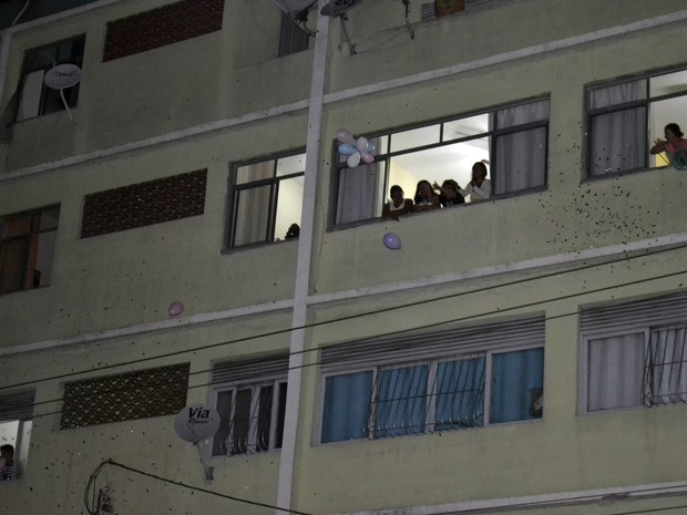 Moradores de Vila Velha deram apoio a romeiros e jogaram papeis picados da janela, Festa da Penha Espírito Santo (Foto: Viviane Machado/ G1 ES)