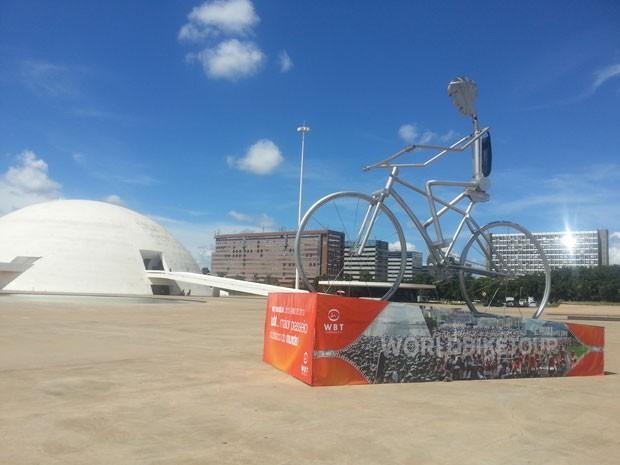 A organização do World Bike Tour montou estrutura em frente ao Museu Nacional da República para celebrar a primeira edição do movimento na capital do país. O evento ocorre no dia 20 de abril, na véspera do aniversário de Brasília. São 4,5 mil vagas. O val (Foto: Raquel Morais/G1)