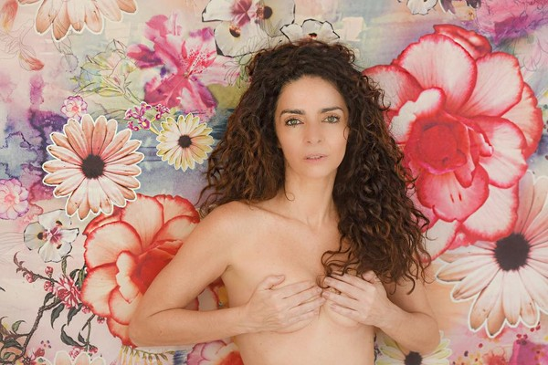 Claudia Ohana posta foto de topless e faz alerta contra o câncer de mama