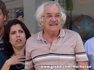 Seu Gustavo assiste à cena desesperado (Foto: Malhação / TV Globo)
