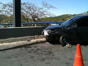 Morista perdeu o controle na ponte de acesso ao centro de Cabo Frio (Foto: Priscila Teixeira / G1)