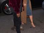 Com look sensual, Kim Kardashian faz compras com Kanye West na França