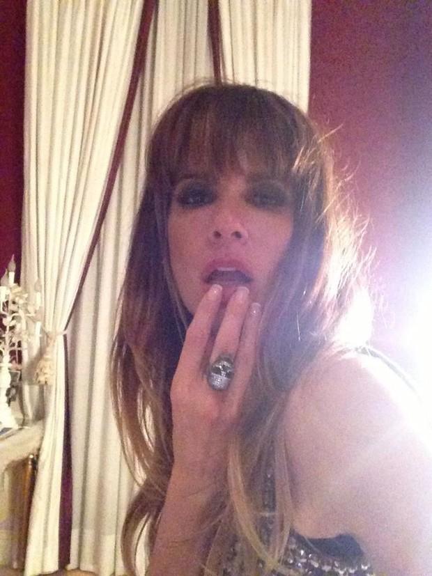 Luciana Gimenez faz carão e exibe novo visual (Foto: Facebook)