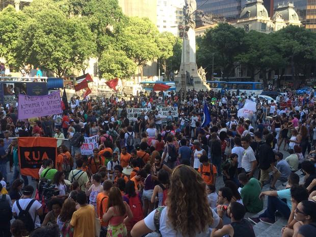 Manifestantes se concentram na Cinelândia, Centro do Rio (Foto: Daniel Silveira/G1)