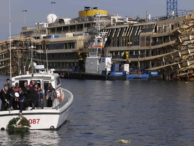 Oficiais da Marinha jogam uma coroa de flores na frente Costa Concordia para marcar o segundo aniversário da tragédia em Giglio. (Foto: Max Rossi/Reuters)