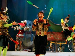 Kauã (E) em ação nos malabares durante a Fantástica Fábrica de Natal (Foto: Cleiton Thiele/SerraPress)