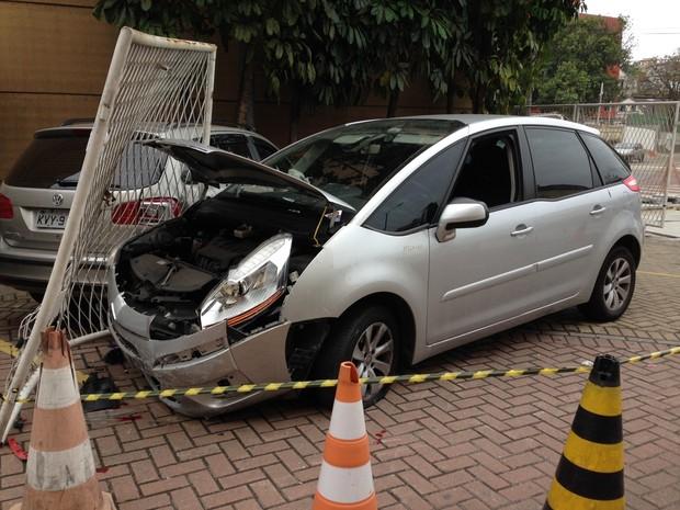 Carro ficou com a frente destruída (Foto: Káthia Mello / G1)