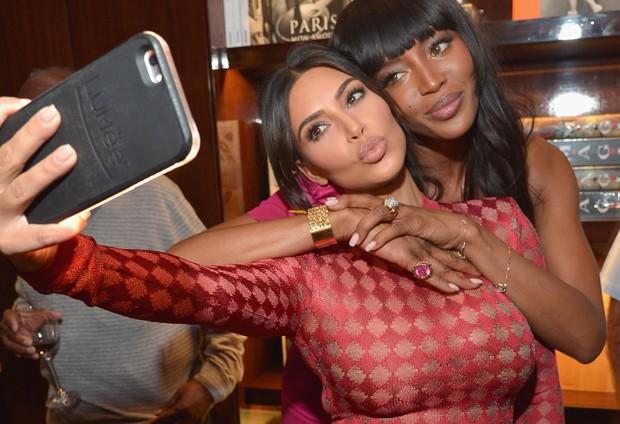 Kim Kardashian e Naomi Campbell tiram selfie (Foto: Charley Gallay/Getty Images )