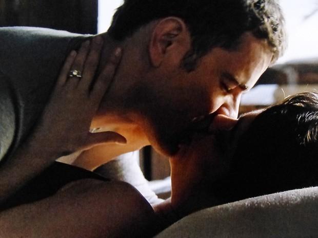 Os dois se beijam e falam sobre a morte de Angela Mahler (Foto: O Rebu / TV Globo)