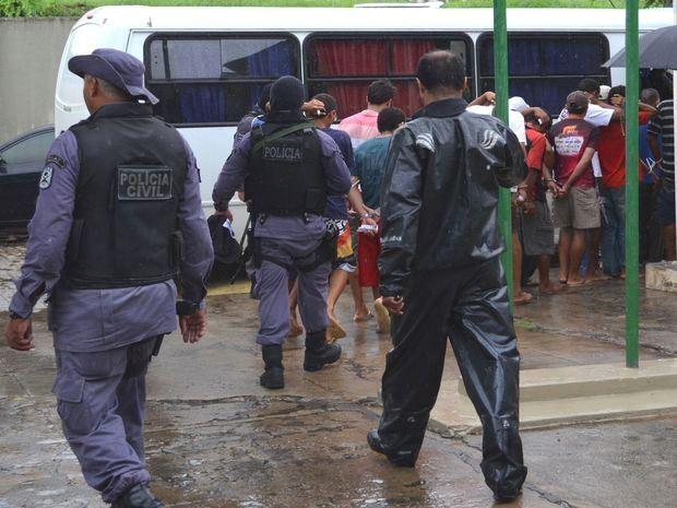 Capturados na operação foram transferidos para presídios (Foto: Marina Fontenele/G1)