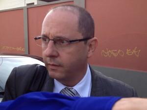 """19.nov.2012 - O advogado de Marcos Aparecido dos Santos (Bola), Ércio Quaresma, chegou ao Fórum de Contagem e disse que """"minha hora de falar é no plenário"""" (Foto: Glauco Araújo/G1)"""