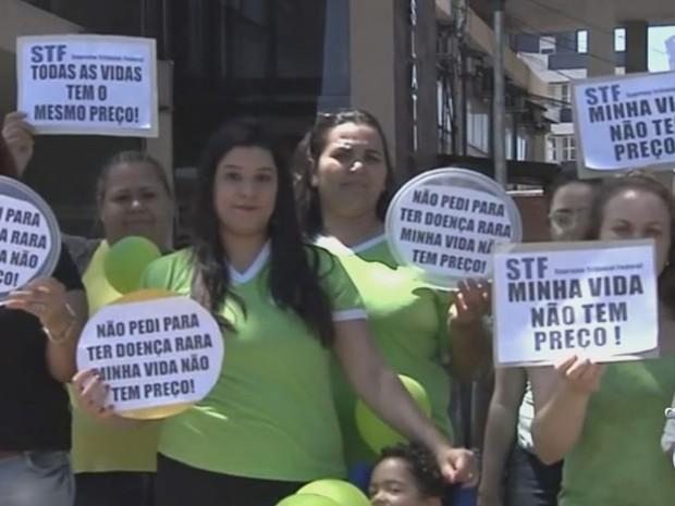 Cerca de 30 pessoas protestaram em Marília (Foto: Reprodução/TV TEM)