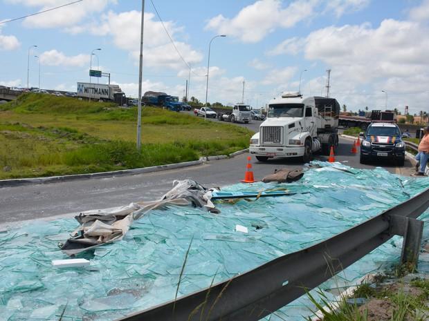 Carga de caminhão articulado com vidros caiu na alça do viaduto de Oitizeiro na BR-230, em João Pessoa (Foto: Walter Paparazzo/G1)