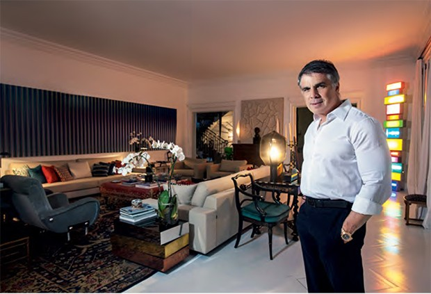 """Rocha em sua mansão, em São Paulo: seu conceito de """"democracia da moda"""" também vale para a decoração da casa. Ali, clássico e moderno se misturam (Foto: Fabiano Accorsi)"""