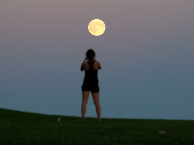 Estudante da Universidade Queen's, do Canadá, tira foto da Superlua (Foto: Lars Hagberg/AP)