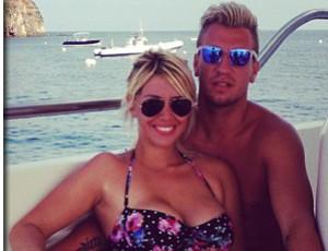 Maxi Lopez e Wanda Nara em passeio de barco mosaico (Foto: Reprodução)