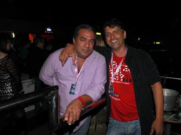 Mauro Machado, pai da Anitta (à direita), em show da cantora no Rio (Foto: Isac Luz/ EGO)