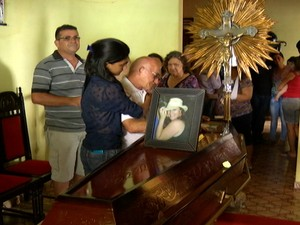 Famílias velam corpos (Foto: Reprodução/TV Tapajós)