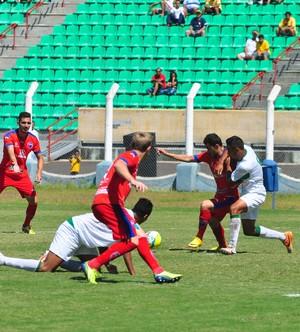 Movimentado, jogo teve dois jogadores expulsos e pênalti perdido pela Briosa (Foto: Rodolfo Lesse / Cedida)